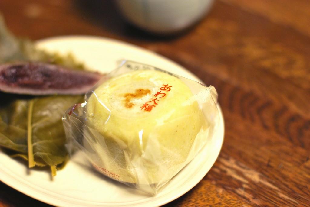 Mochi and wagashi made with sakura leaf and adzuki | © [puamelia] / Flickr