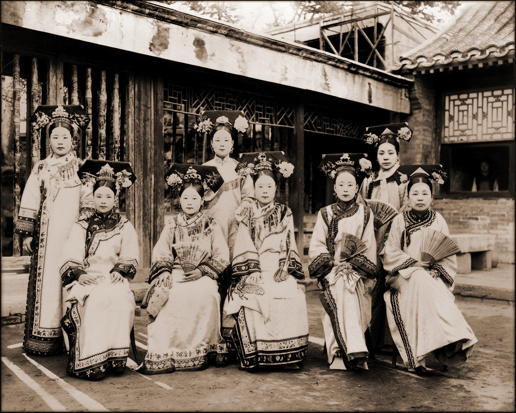 Manchu Women in Qipao | ©ralph repo/Flickr