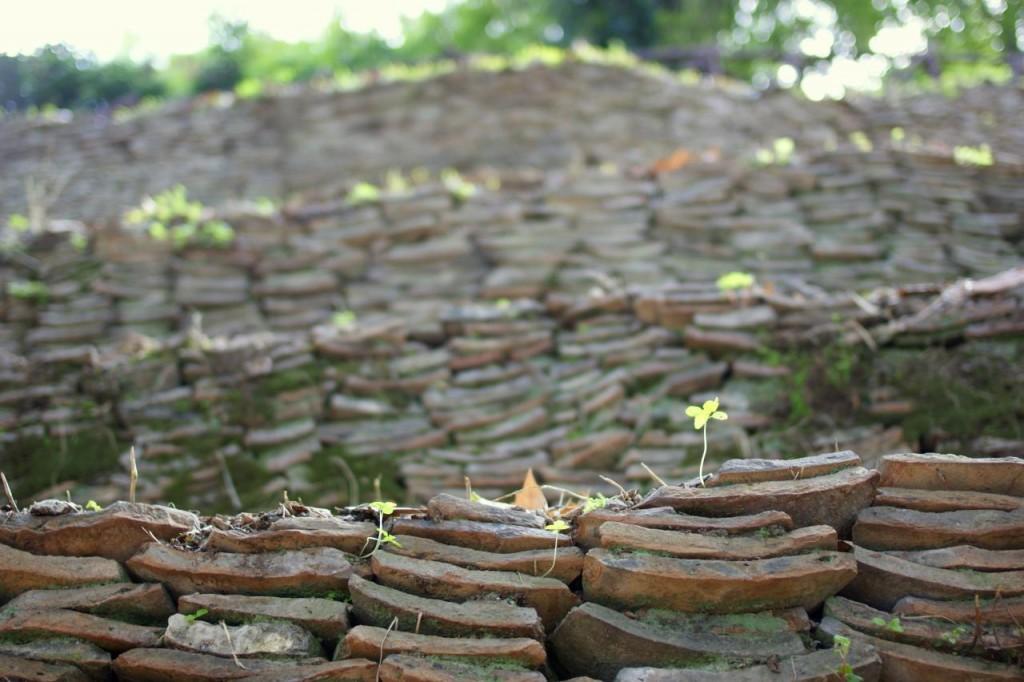 Broken shards of terracotta pots on Monte Testaccio | © uitdragerij/Flickr