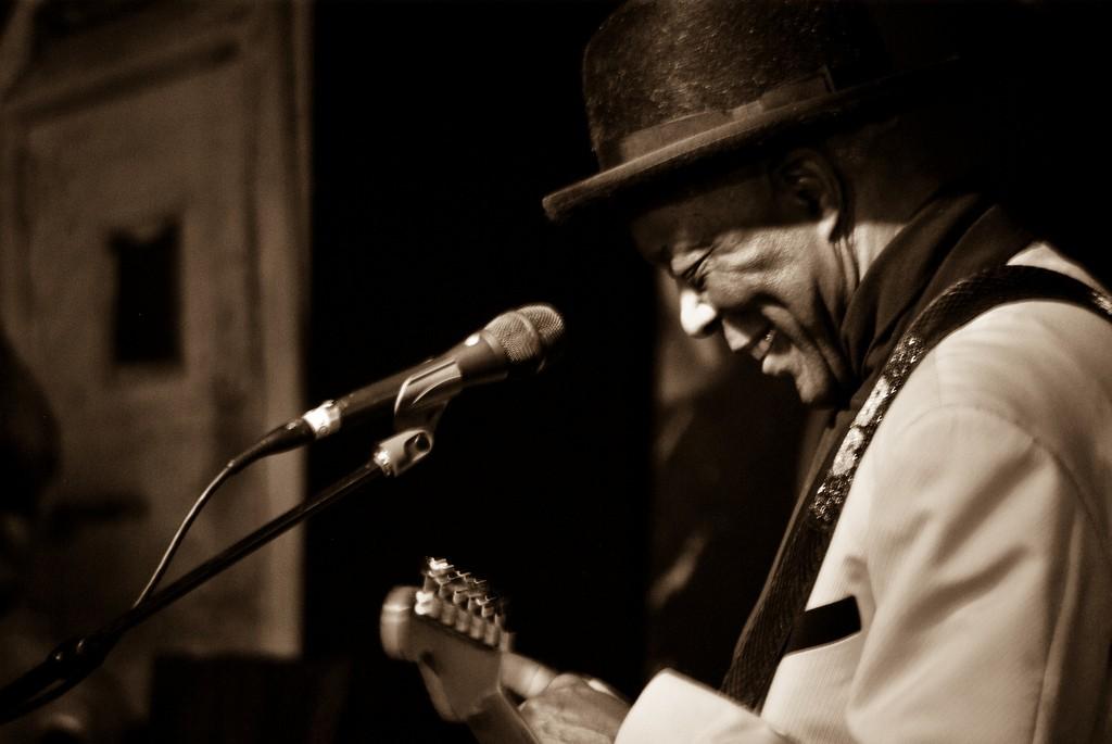 Buddy Guy performing at Legends | © aaronHwarren / Flickr