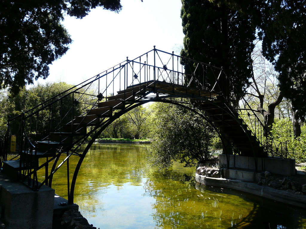 The iron foot bridge in the park | © Gonzalo Malpartida / Flickr