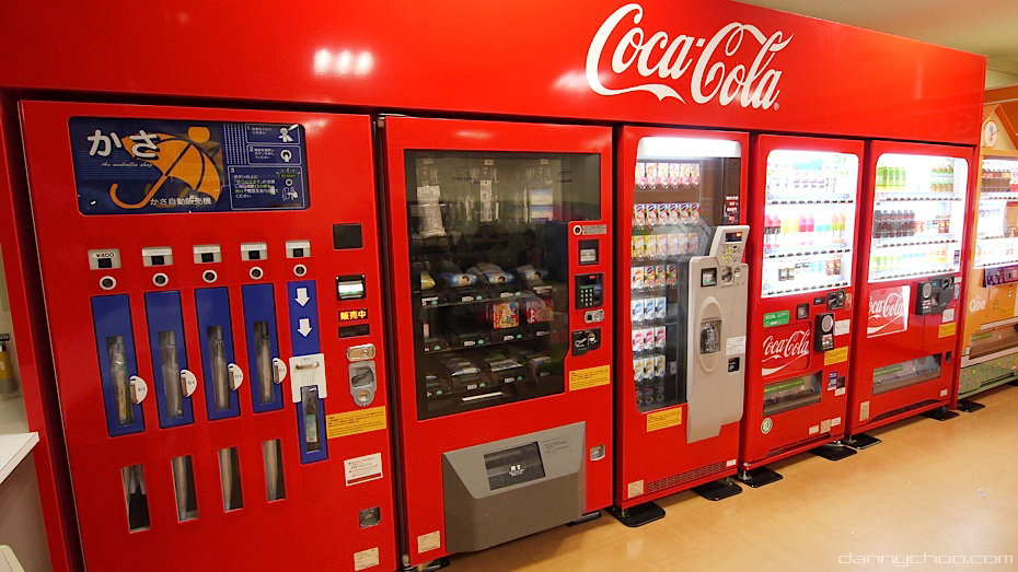 Coca-Cola vending machines selling umbrellas, snacks and refreshments | © Danny Choo / Flickr