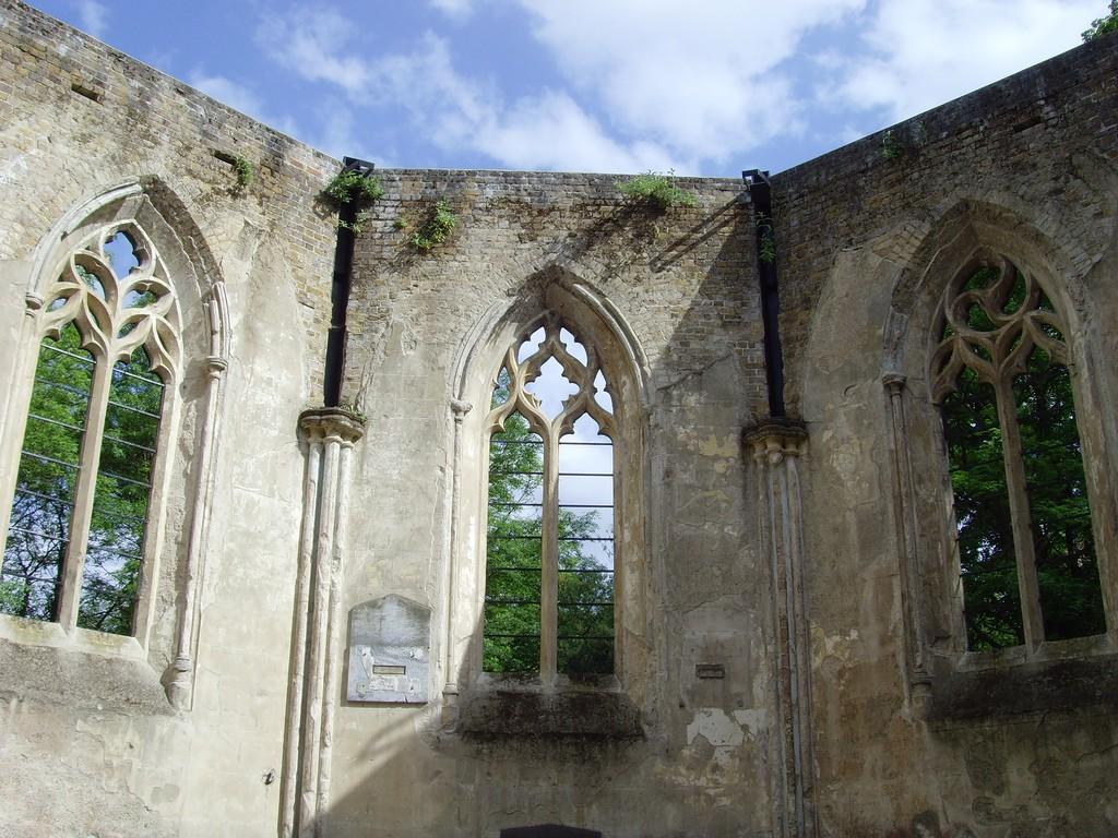 The church ruins at Nunhead cemetery