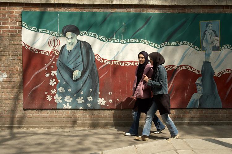 Many walls around Tehran depict its political figures   © Kamyar Adl / Flickr