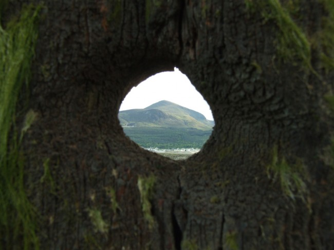 Slieve Donard through a hole | © Ryan McDonald/ Flickr