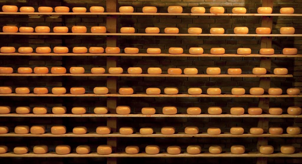 Shelves of Dutch cheese   © mandoft / Flickr