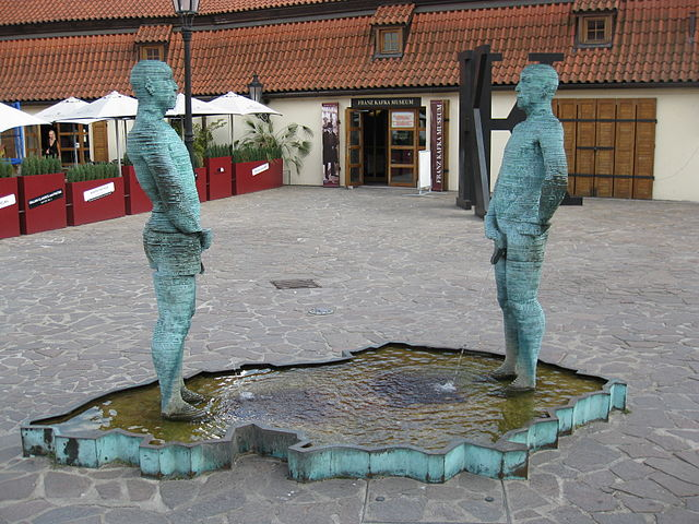 David Cerny sculptures in front of the Kafka Museum | ©UkillaJJ / Wikimedia Commons
