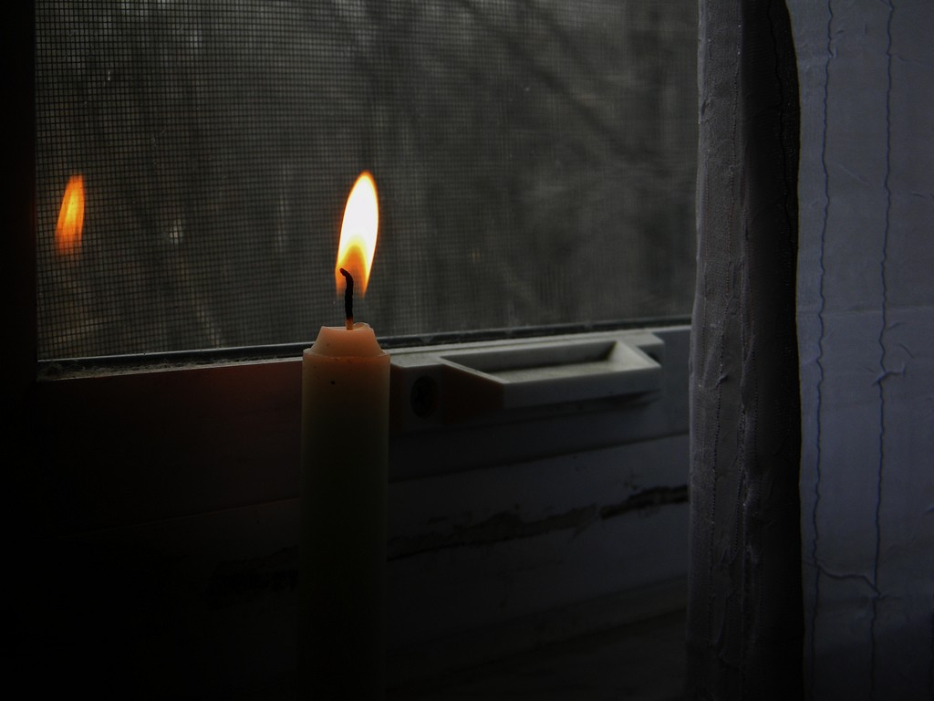 Candle in a window | © martinak15/Flickr