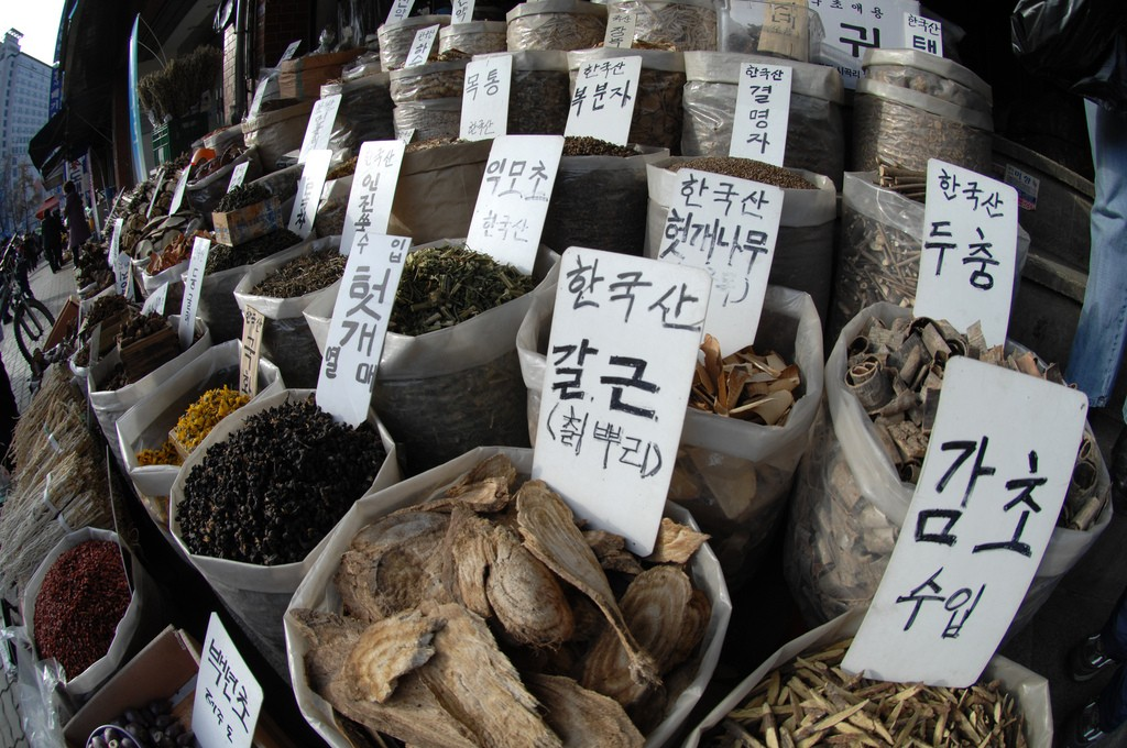 Traditional Asian medicines, roots, herbs and spices | ©Edward N. Johnson / Flickr