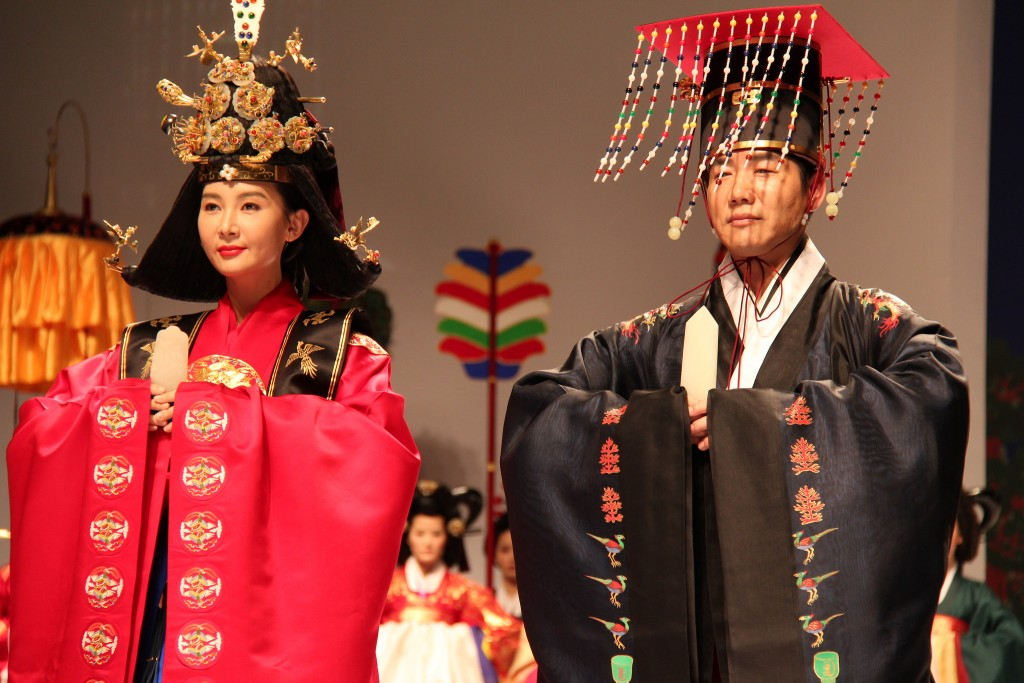 Symbols such as phoenixes and dragons were characteristic of hanbok worn by royalty | © KoreaNet / Flickr
