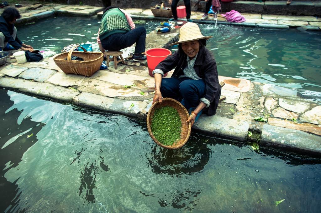 Shuinanwan village / 水南湾 | washing the veggies / 洗菜|©Tauno Tõhk / 陶诺/Flickr