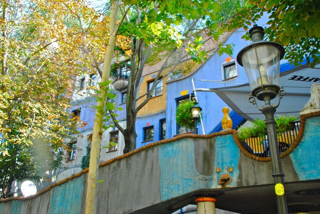 The colourful dacade of the Hundertwasserhaus | © macstre / flickr