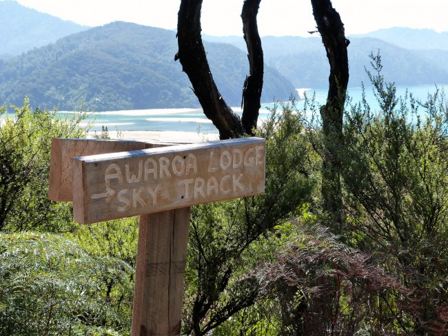 Awaroa Lodge Sky Track Sign   © Lee Coursey / Flickr