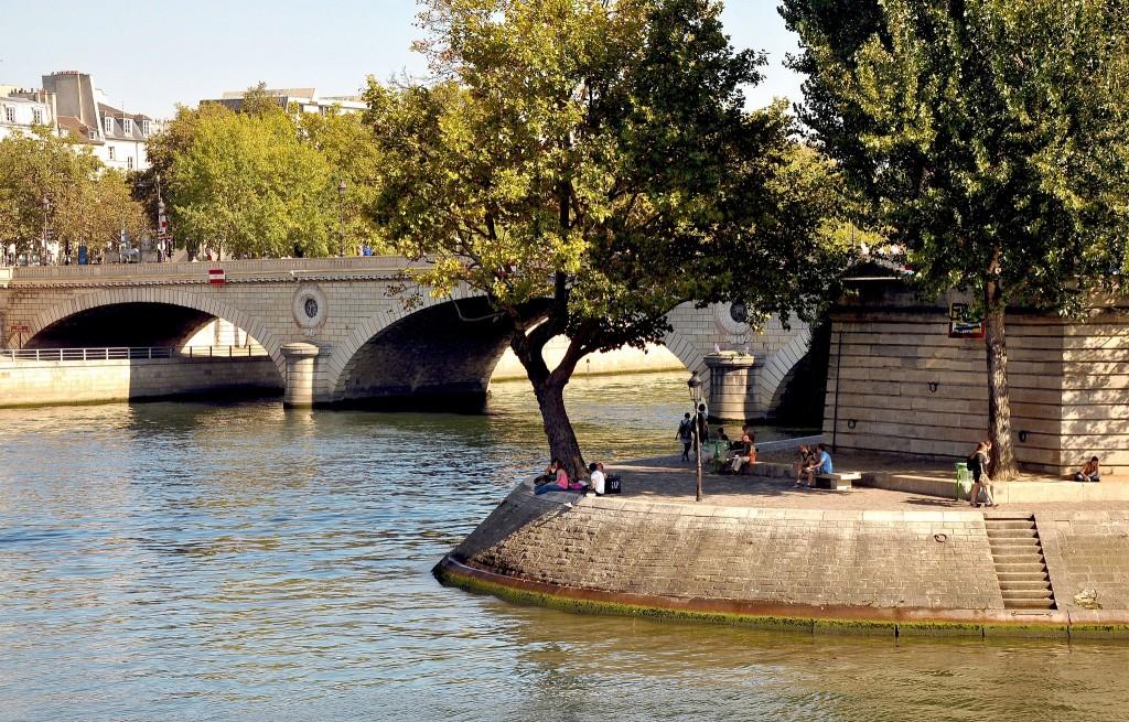 A spot to picnic on the Île Saint-Louis │© Moonik
