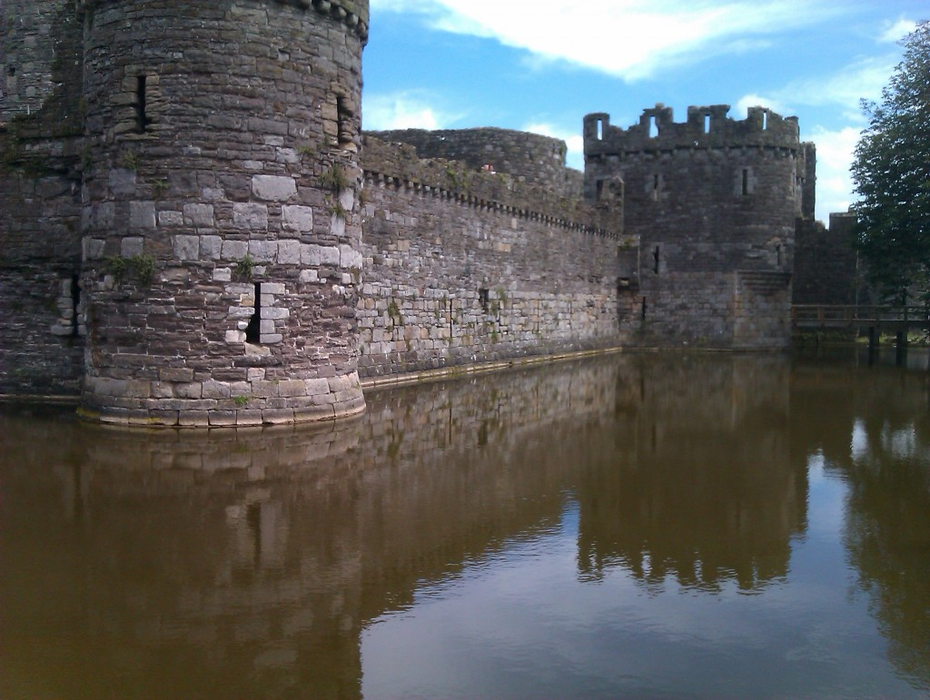 Beaumaris Castle moat|©Oatsy40/Flickr
