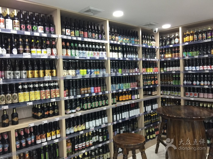 200 imported craft bottle varieties line the shelves at Beer Lady | ©且吃且增重/Dianping