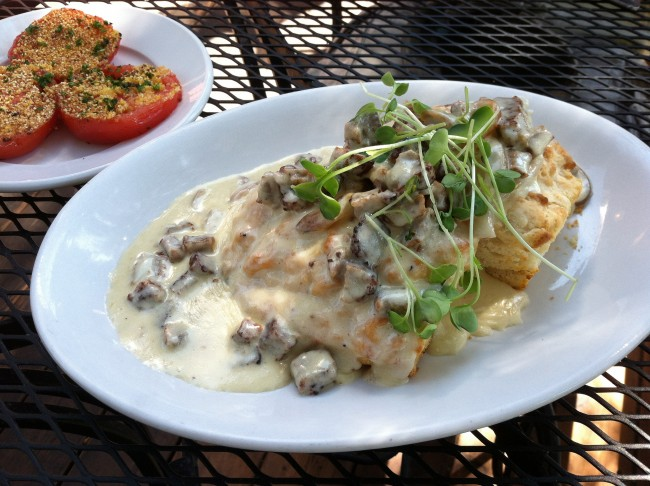 Biscuits and Gravy | © Sara Thompson/Flickr