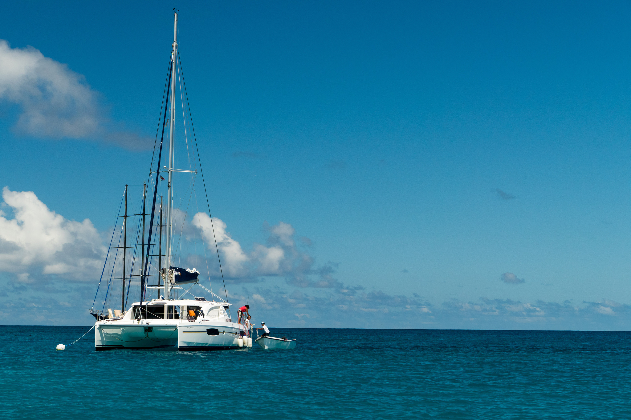 Take a boat trip together around the inner islands. | ©so seychelles/flickr