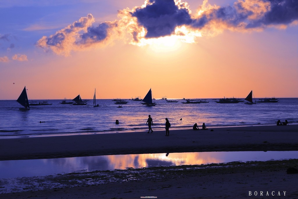 Boracay's White Beach   © Wei Ti Chiang / Flickr