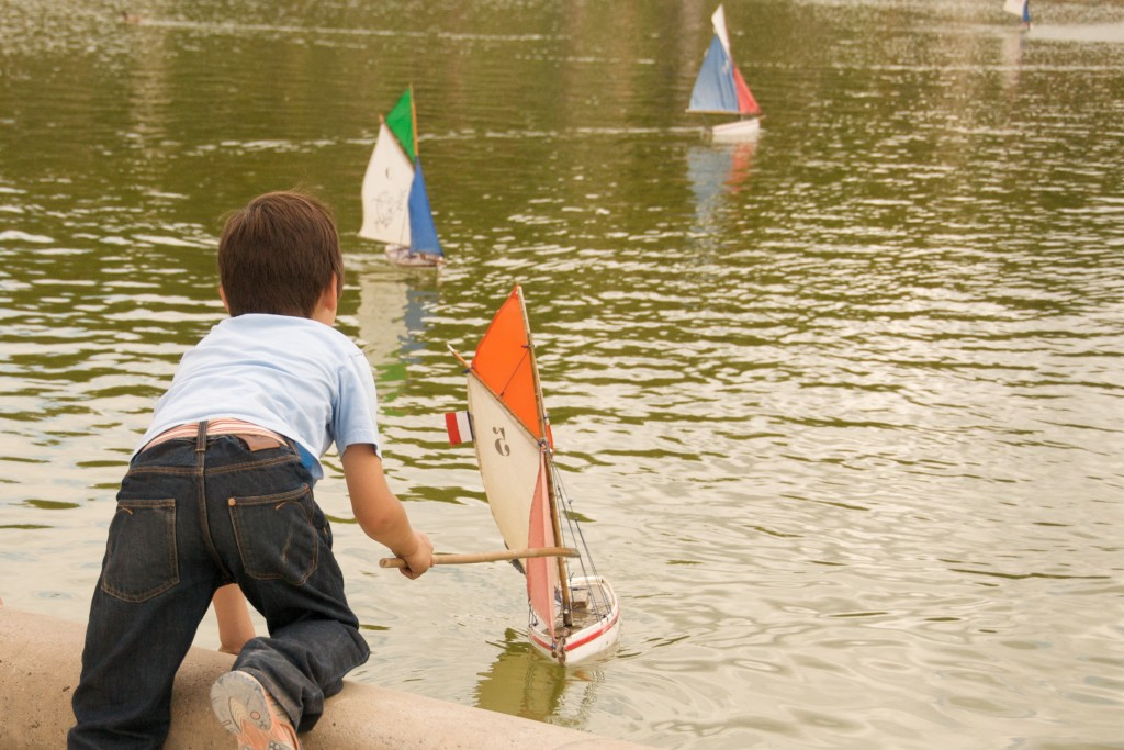 Boy putting boat out into the fountain at Jardin du Luxembourg │© Thomas Ricker / Flickr