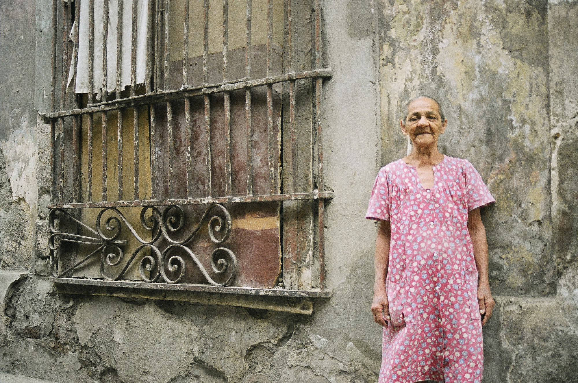 A local Cuban poses in front of her home © Cyndie Burkhardt