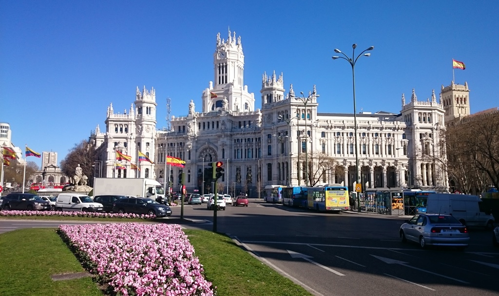 The grand Palacio Cibeles has a small indoor area where you can hang out for free. | © Lori Zaino.