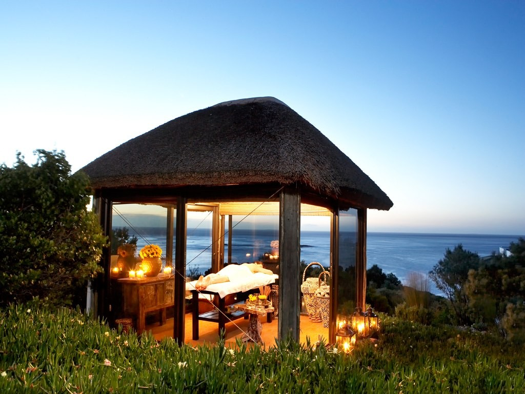 An outdoor massage at the Twelve Apostles © Courtesy of Twelve Apostles Hotel & Spa