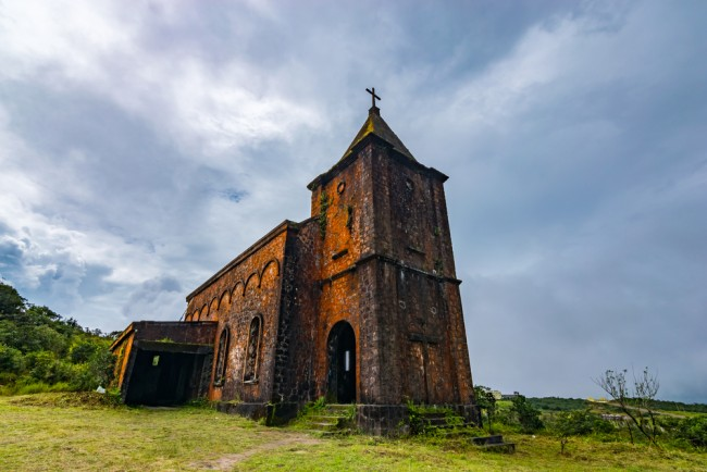The abandoned church that catered for French colonialists visiting the resort in its heyday |© Liesl Vandepaepeliere/ shutterstock-com