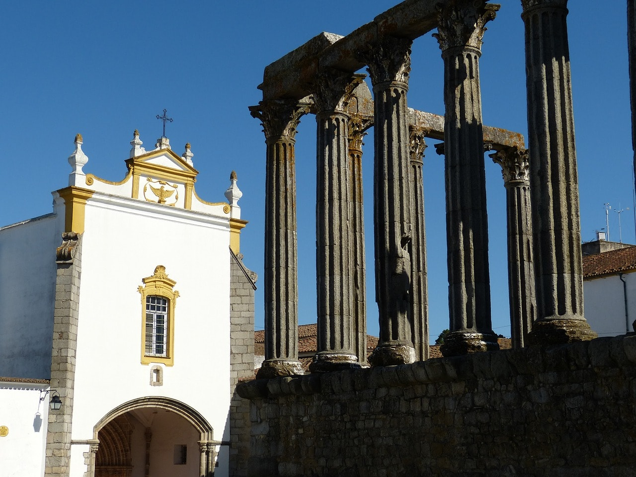 https://pixabay.com/en/evora-portugal-old-town-temple-226068/