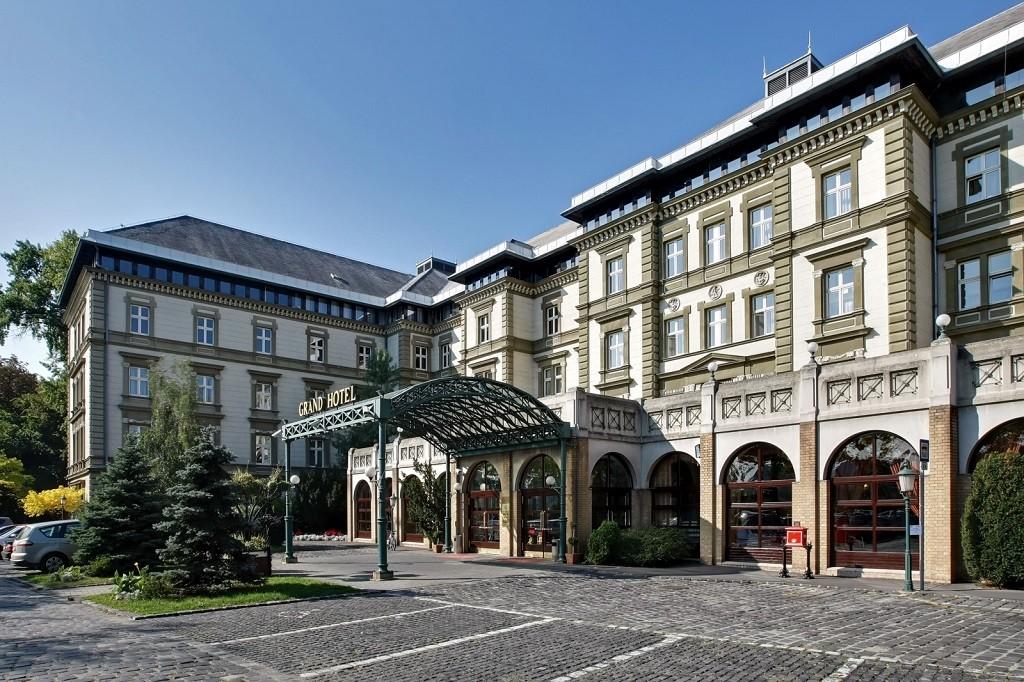 Danubius Grand Hotel Margitsziget főbejárata (Budapest) | © danubiushotels.hu / Wikimedia Commons