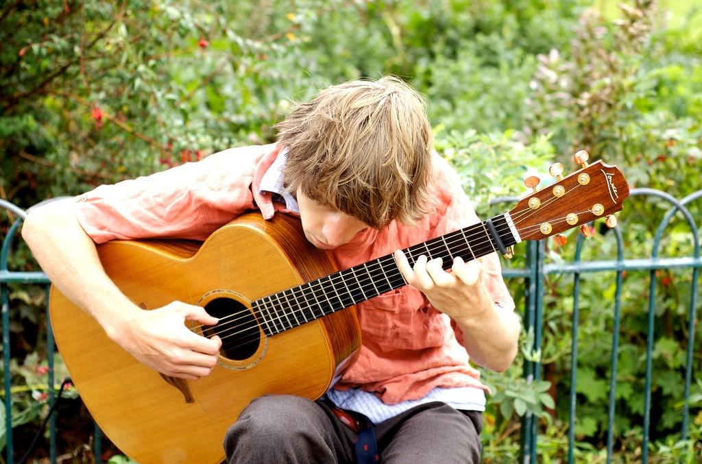 playing guitar / (c) Patrick Quinn-Graham / Flickr