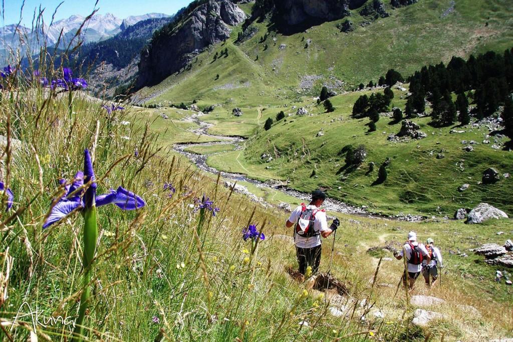 Hikers in the Pyrenees │© akunamatata