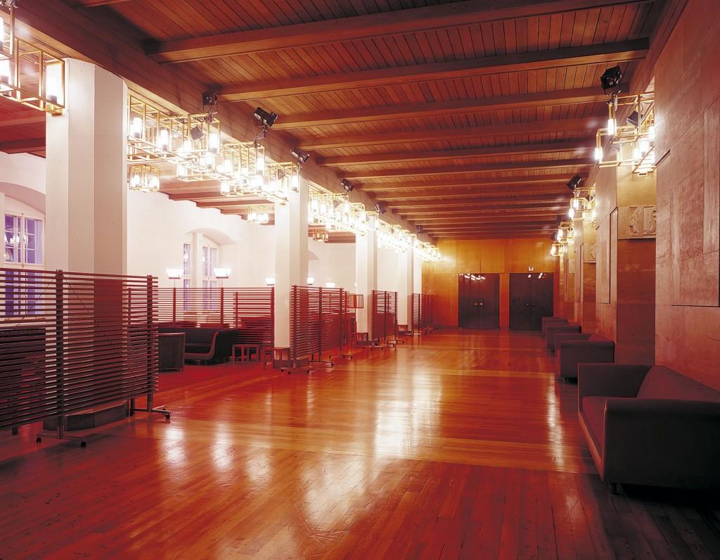 Полированные деревянные полы Lounge Grosses Spielhaus Patrons |  © Оскар Анрате / Гросс Спилхаус
