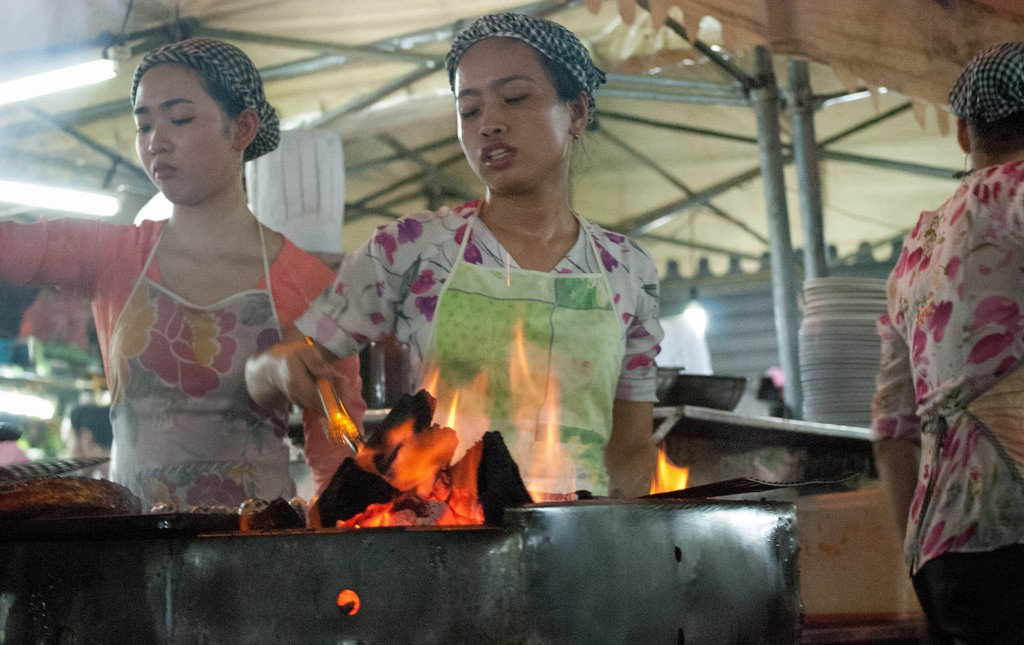 Vietnamese cooks in a steaming hot street-food marquee © Michael Davis-Burchat / Flickr