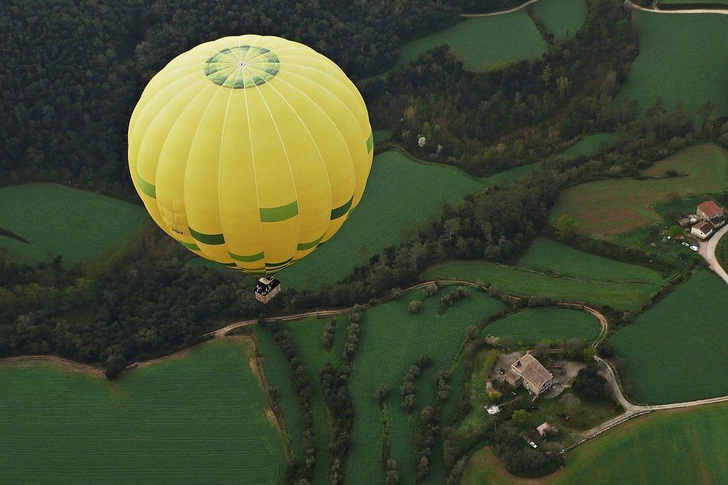 Hot air balloon in La Garrotxa, Girona | ©Alberto-g-rovi / Wikimedia Commons