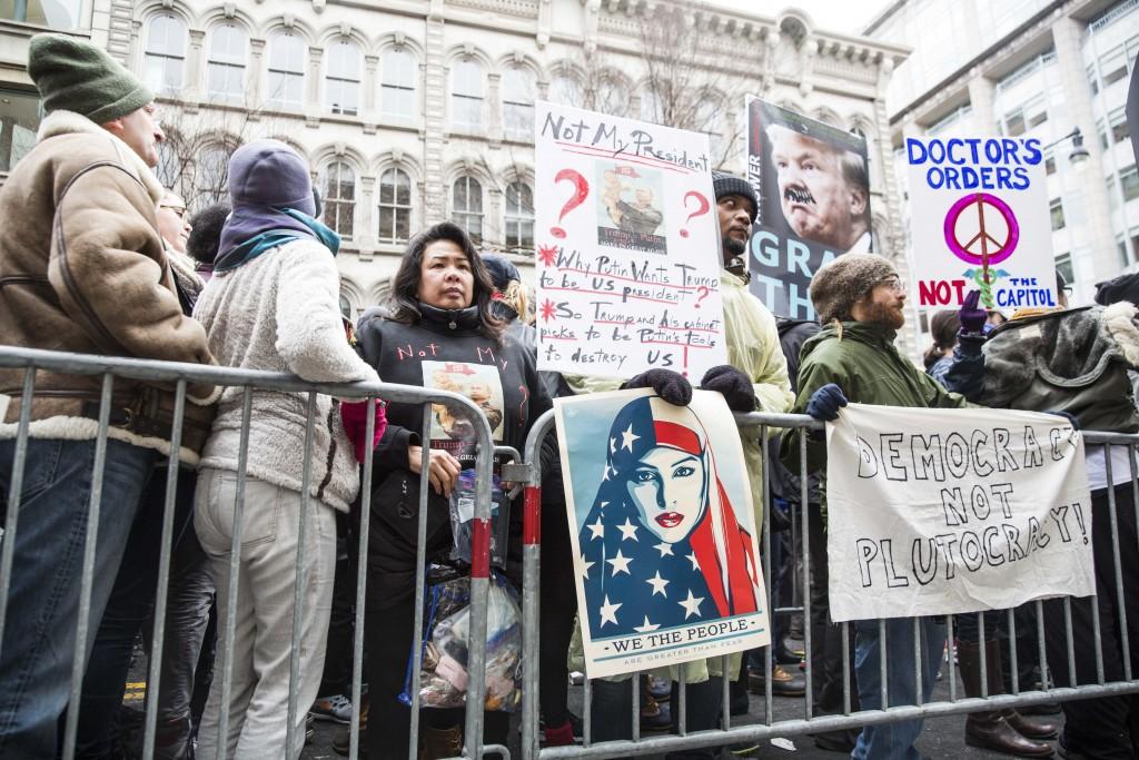 Protestors waiting in line at a closed check point | © Amanda Suarez
