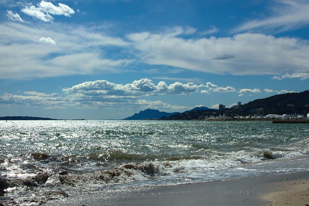 The beach at Juan-les-Pins today is an exclusive affair   © Денисище/WikiCommons