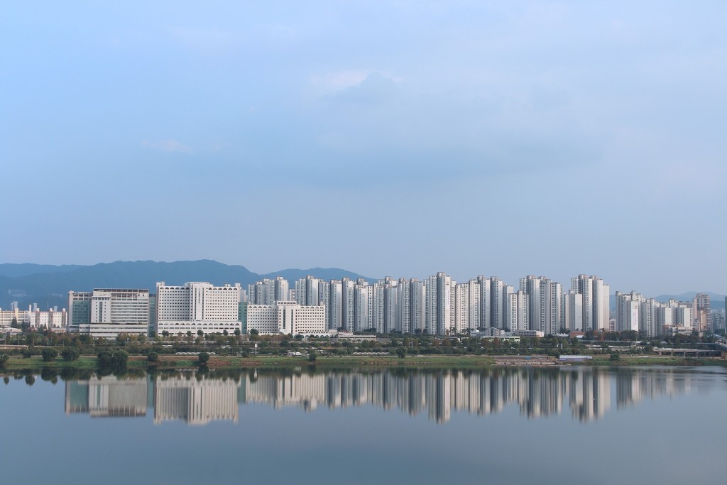 Apartment buildings tower over Seoul's Han River | © Kibeom Kim / Pixabay