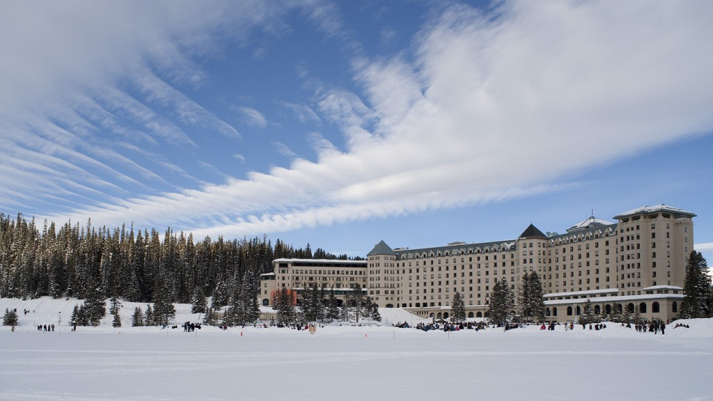 A frozen Lake Louise and its resort | © Wilson Hui / Flickr
