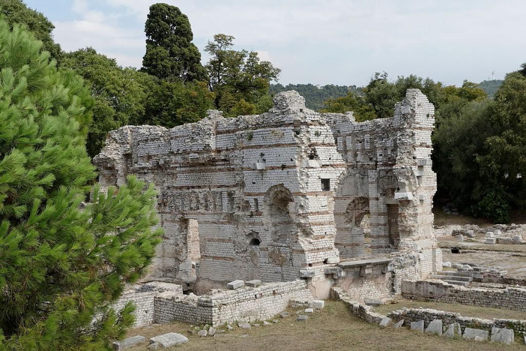 The old Roman baths are a romantic place for a picnic | © Francois de Dijon/WikiCommons