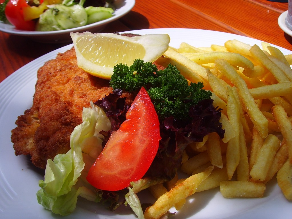 Wiener Schnitzel served with french fries and salad | © faglork / pixabay