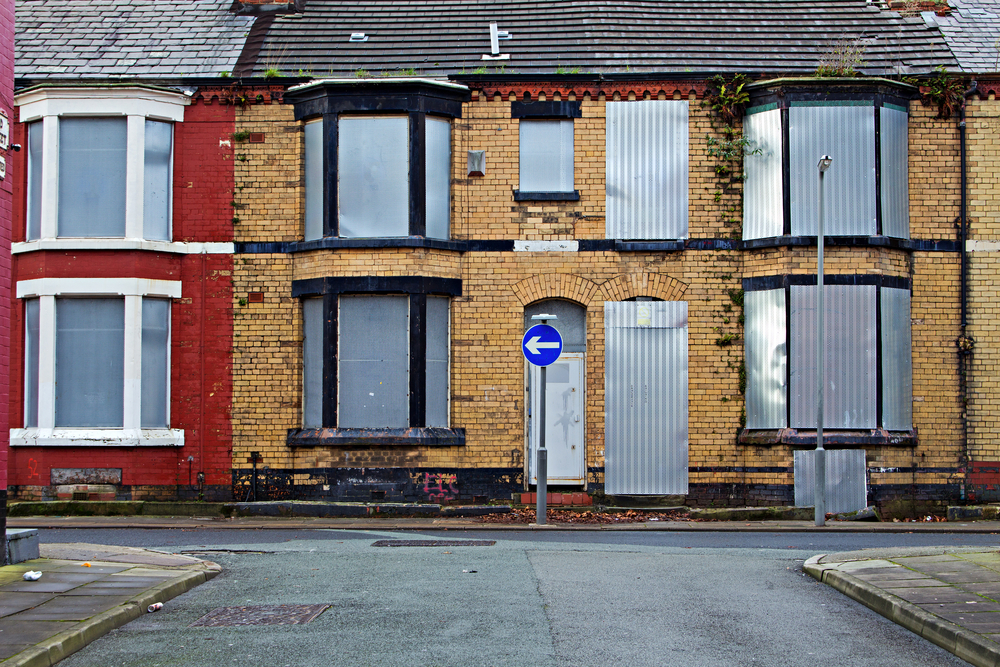 A street of boarded up derelict houses awaiting regeneration in Liverpool UK | © Kenny1 / Shutterstock