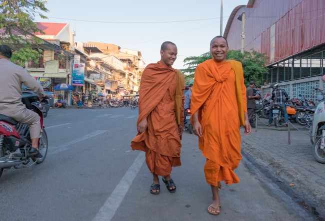 Monks walk through the streets of Phnom Penh |© Aleksandr Hunta / Shutterstock Inc.
