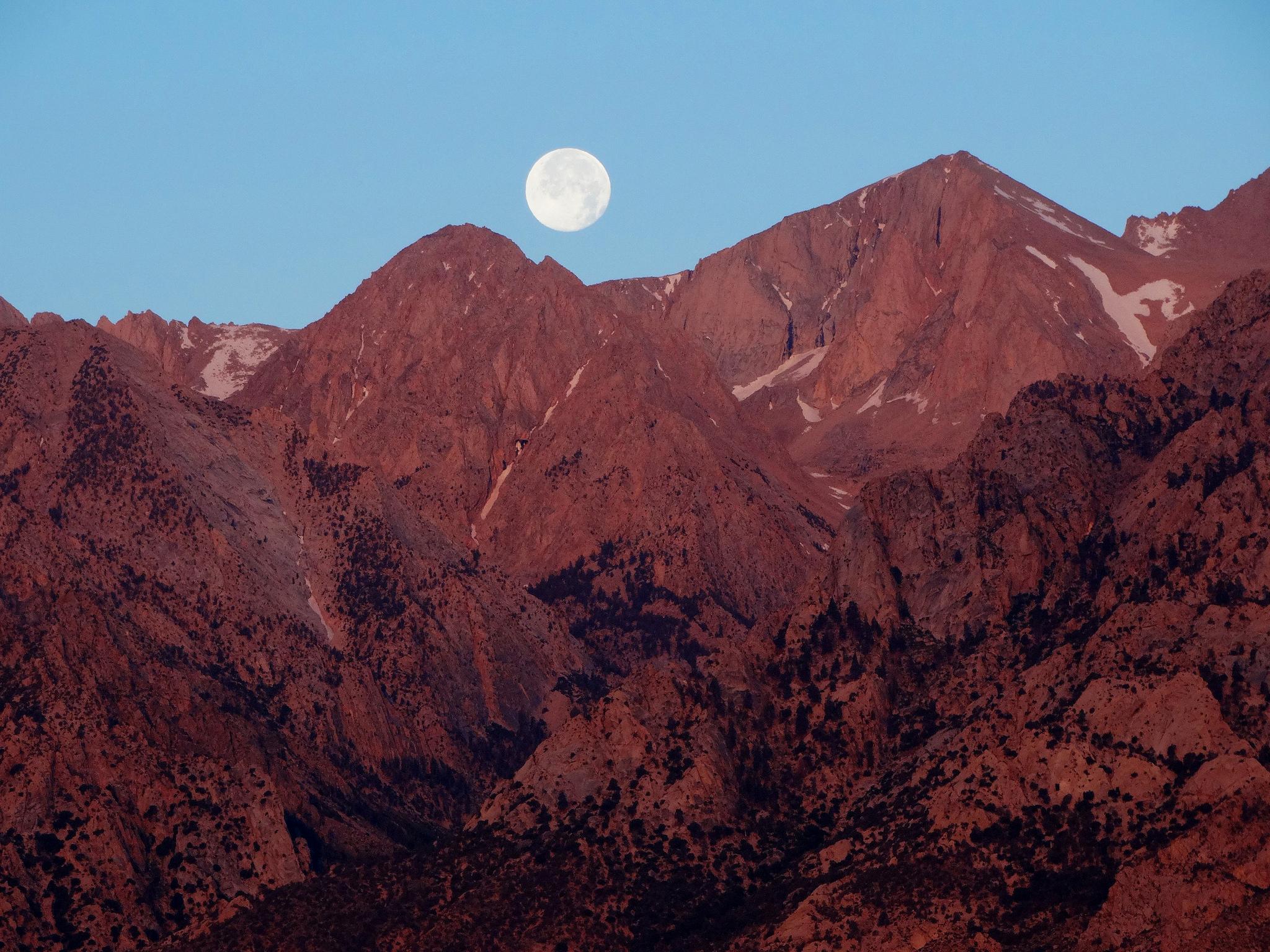 Sunrise Moon over Sierra Nevada │© Don Graham/Flickr