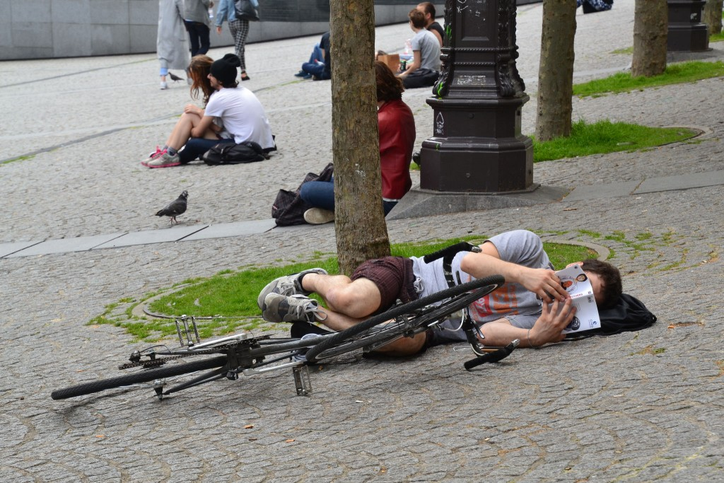 So absorbed in his book that he fell off his bike │© Pop H
