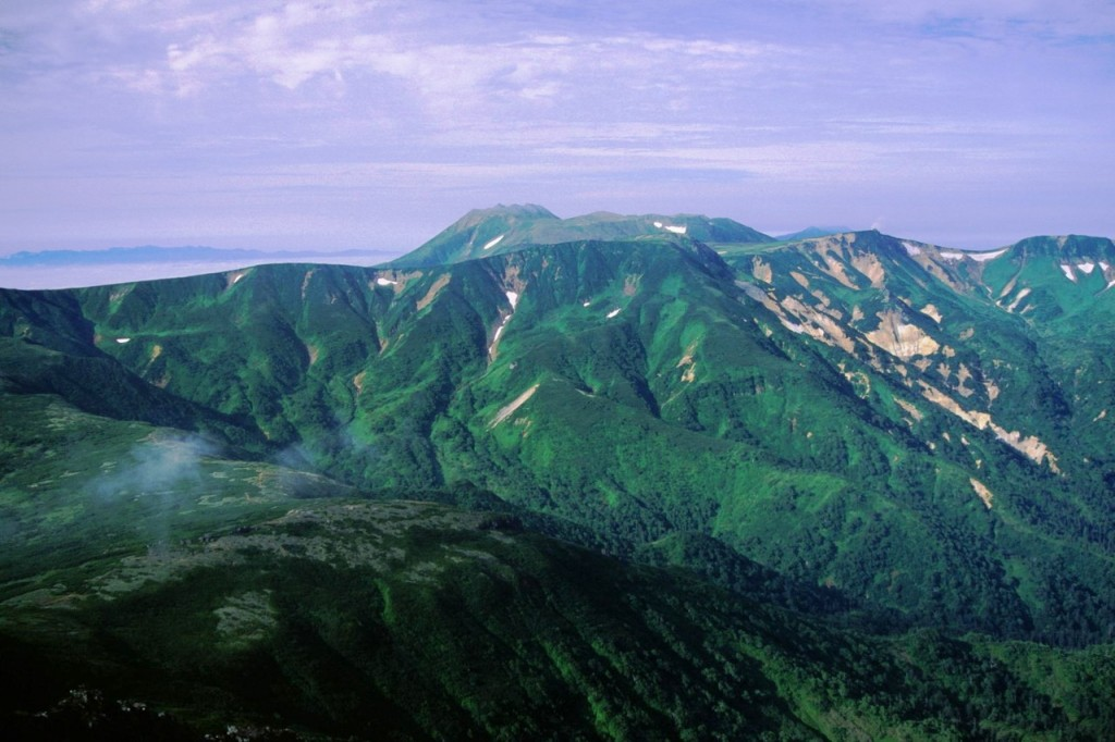 Mount Tomuraushi seen from Mount Chūbetsu | ©alpsdake / Wikipedia