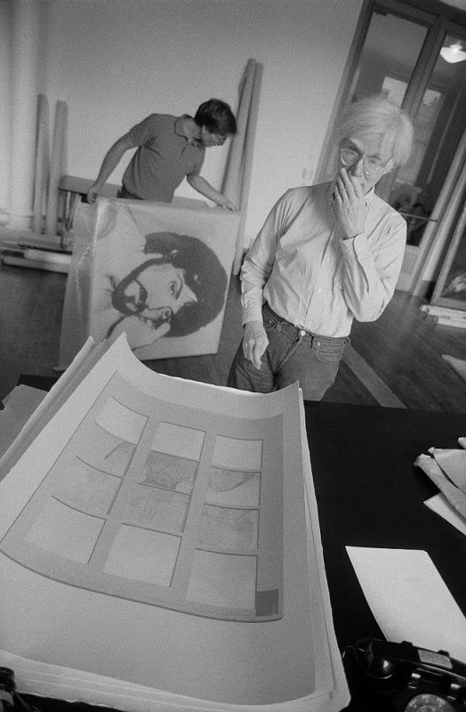 Andy Warhol is looking at the banana split of Thomas Dellert, 1980, photo taken by Bruno Ehrs | © WikiCommons