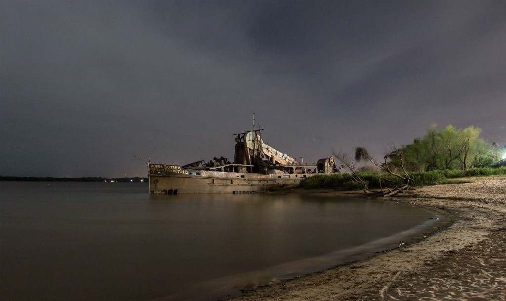 A shipwreck at dusk © Claudio Bianchi / Pixabay