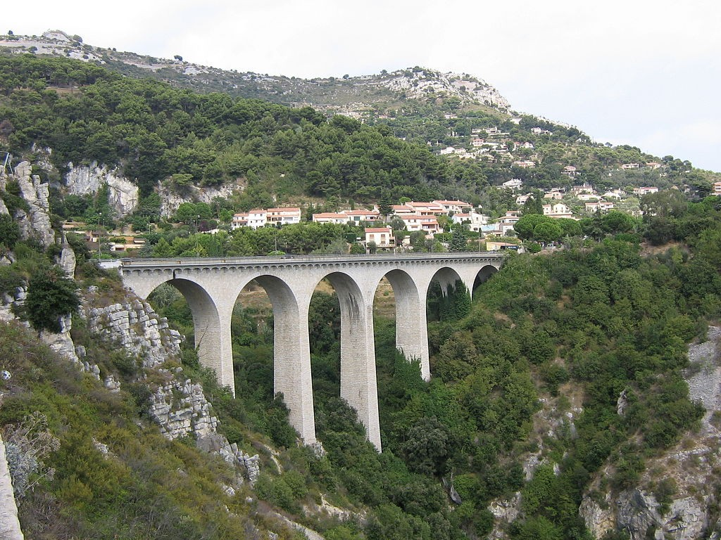 The viaduct on the Moyenne Corniche was used to film GoldenEye | © Motorpferd/WikiCommons