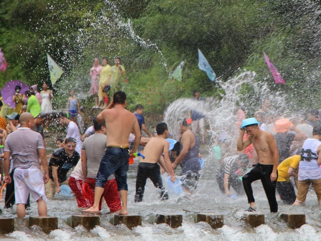 一群玩耍的人们|©摄图网/58pic.com